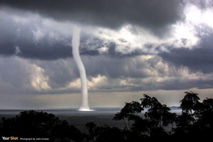 烏干達維多利亞湖中的水龍捲