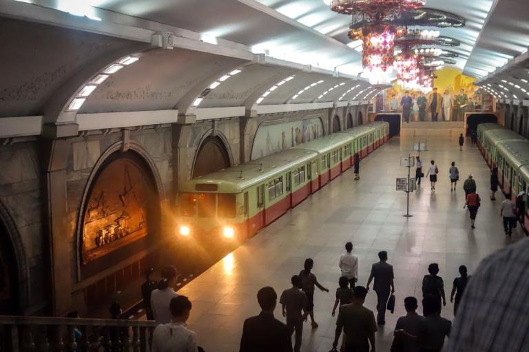 一輛列車駛入復興站(Puhung Station)。復興站裝潢極為華麗,也是2010年前對外國人開放的兩個地鐵站之一。PHOTOGRAPH BY ELLIOTT DAVIES