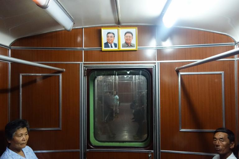 每節車廂內都掛著金日成(Kim Il Sung)金正日(Kim Jong Il)父子的遺像,車內廣播系統則播放愛國言論。PHOTOGRAPH BY ELLIOTT DAVIES