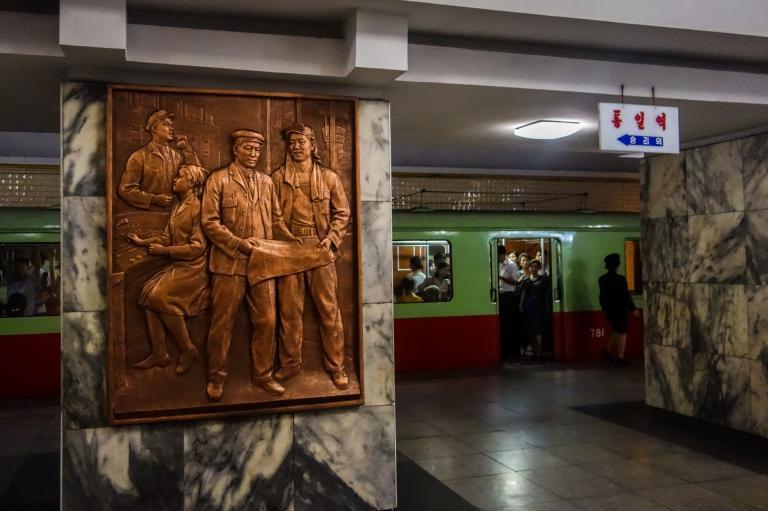 統一站(Tongil Station)的裝潢訴說著統一朝鮮半島的願景。PHOTOGRAPH BY ELLIOTT DAVIES