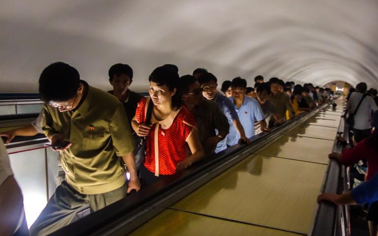 平壤地鐵是世上最深的地鐵系統之一。搭乘通往月台的電扶梯得花上四分鐘。PHOTOGRAPH BY ELLIOTT DAVIES