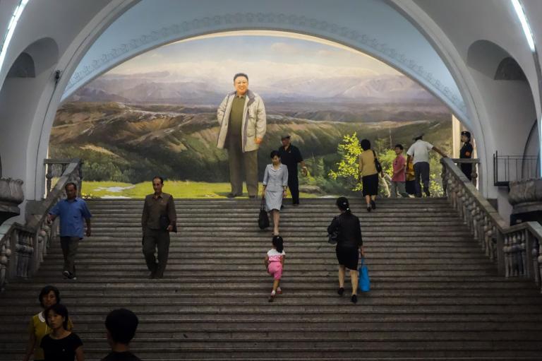 榮光站(Yonggwang Station)一幅北韓1994至2011年領導人——金正日,站在長白山前的壁畫。北韓媒體宣稱金正日是在長白山出生;但根據蘇聯的歷史文獻紀載,金正日出生於俄羅斯。PHOTOGRAPH BY ELLIOTT DAVIES