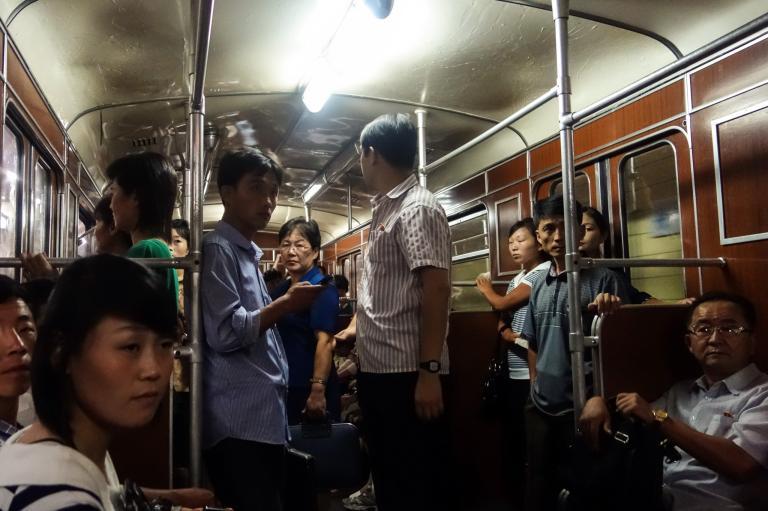 攝影師戴維斯描述和其他觀光客搭乘地鐵時的情景:「當地乘客非常有禮貌,會讓座給長者或甚至是我們這些外國人。但我無法確定這是真實日常的情況,還是只針對我們而已。」PHOTOGRAPH BY ELLIOTT DAVIES