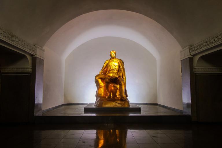 光復站(Kwangbok Station)的燈光相當昏暗,這或許是為了讓已經很高調的金日成雕像顯得更引人注目。戴維斯道:「老實說,這還滿詭異的。」PHOTOGRAPH BY ELLIOTT DAVIES