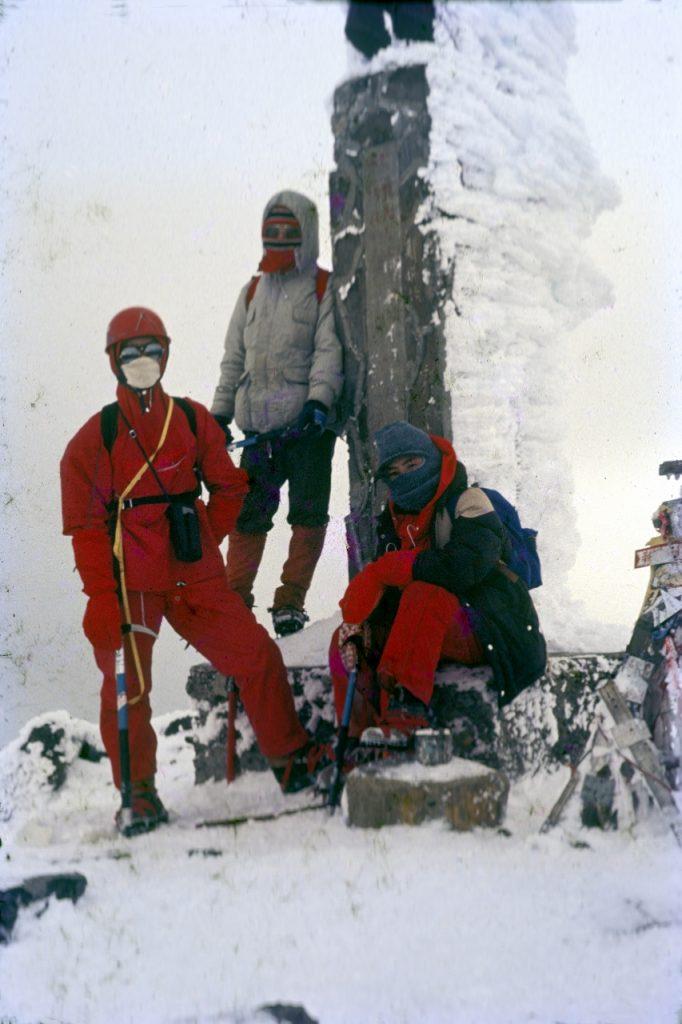 在玉山主峰頂上負責支援任務的隊員們