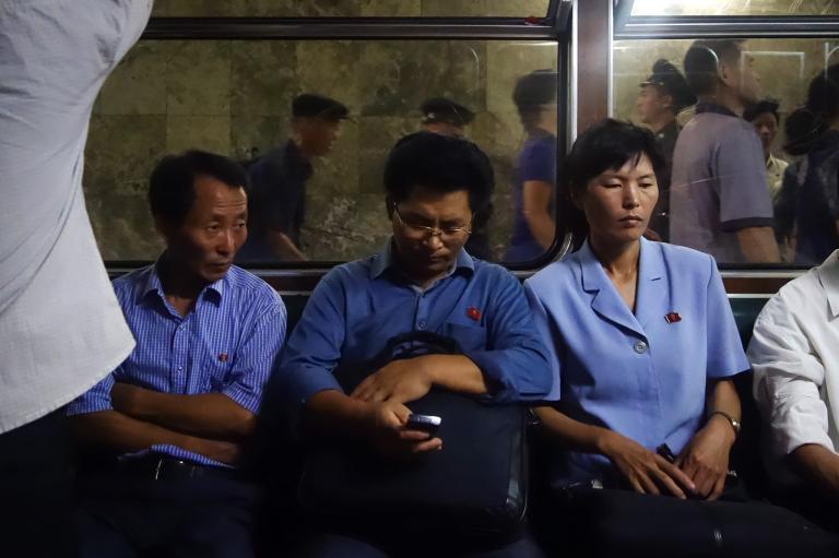戴維斯說:「平壤地鐵上沒人奔跑、推擠、笑聲或是笑容,甚至沒人在聊天。」更不用說在車上玩Candy Crush了。2014年,僅約10%北韓人民擁有手機。PHOTOGRAPH BY ELLIOTT DAVIES