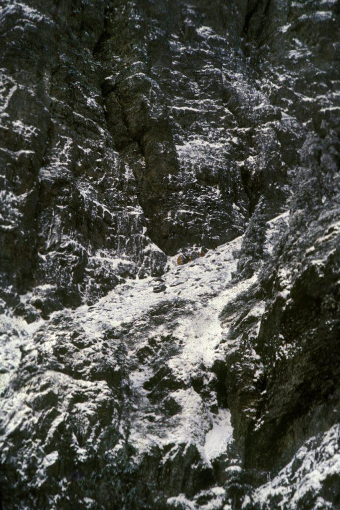 爬到玉山東峰北壁下的起攀點,隊員開始做攀登前的準備工作