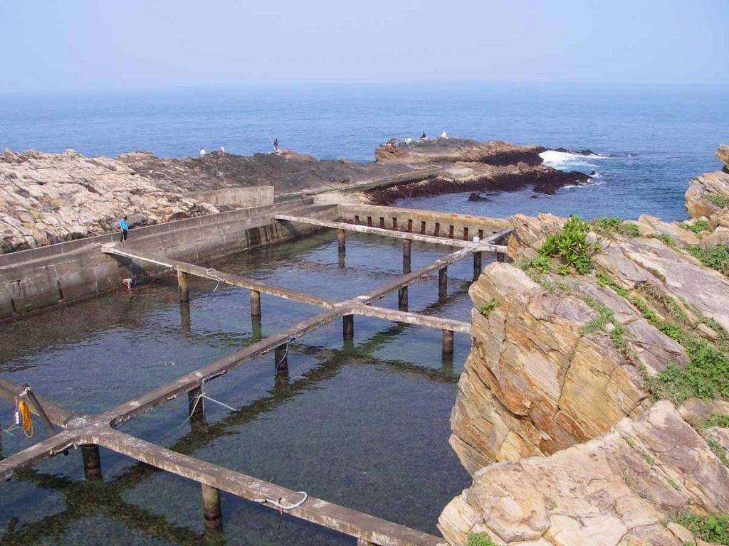 東北角有些岩岸被改成養殖九孔鮑魚。