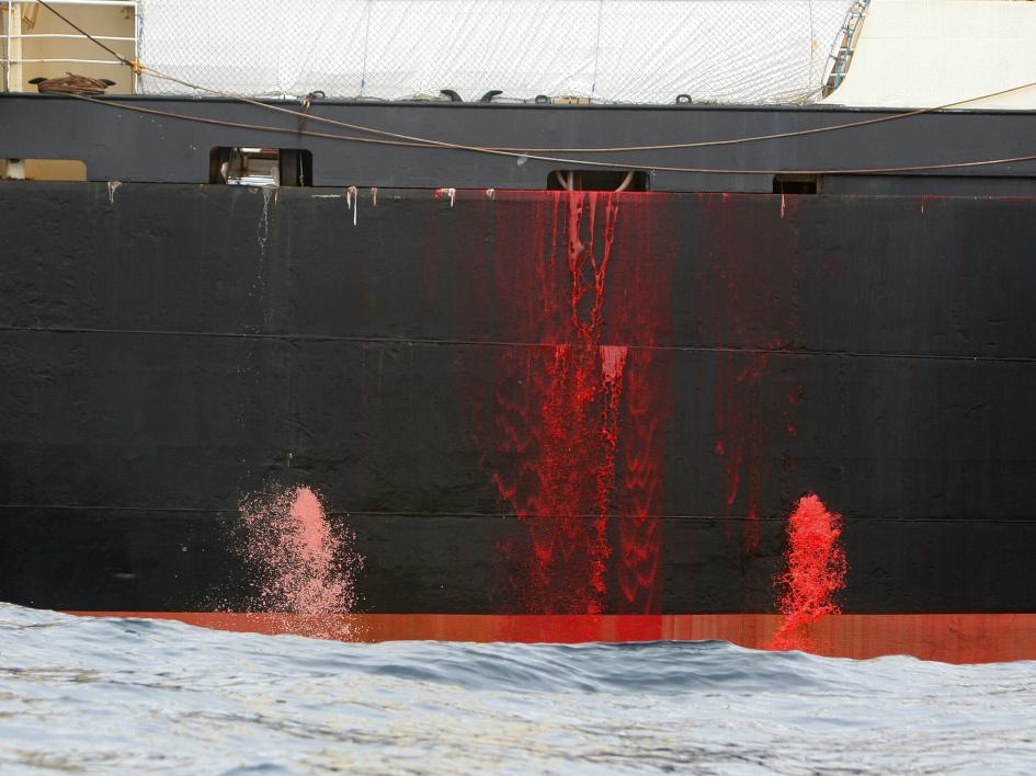 鯨血從日本捕鯨船的甲板上流入海中。日本長期為人詬病以科學捕鯨之名掩蓋商業捕鯨的事實。PHOTOGRAPH BY KATE DAVISON, EYEVINE, REDUX