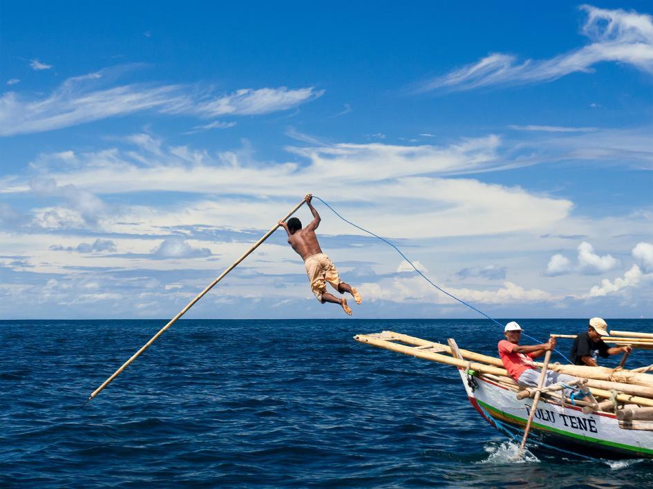 印尼拉馬萊拉小島上,人們以划船與標槍來捕鯨,往往會花上一整天甚至更久。圖中的男子從船上躍起試圖鏢獵抹香鯨。PHOTOGRAPH BY FADIL AZIZ, CORBIS