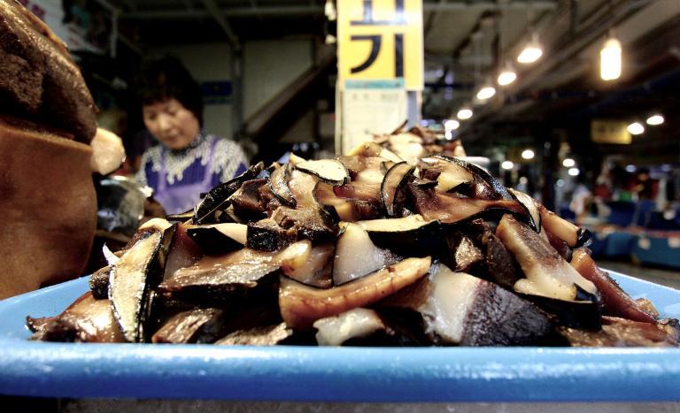 在南韓,不論是國際法或國內法都禁止捕鯨,但如果是意外捕獲,則可進行販售。PHOTOGRAPH BY NICOLE MCLACHLAN