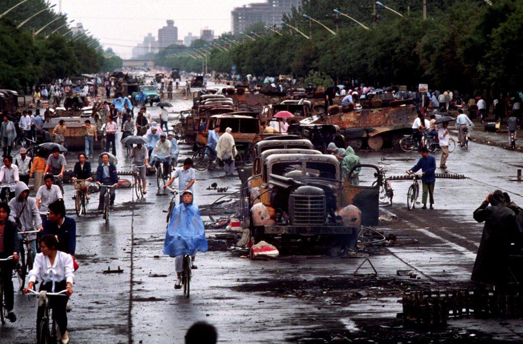 天安門事件隔天,北京人查看現場情形。