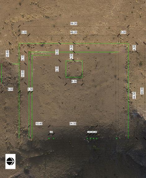 無人機從空中拍攝的遺址現場,右圖為照片順時針旋轉90度後,再加上將細節和設施的標明。PHOTOGRAPH BY I. LABIANCA (LEFT) AND PHOTOGRAPH BY I. LABIANCA; GRAPHICS BY J. BLANZY (RIGHT)