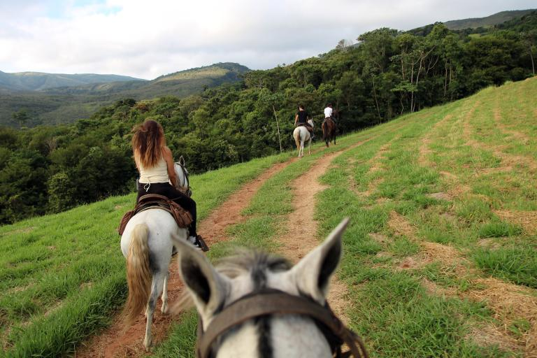 遊客們在伊比契波卡旅舍(Reserva do Ibitipoca)附近騎馬。PHOTOGRAPH BY CORAL KEEGAN