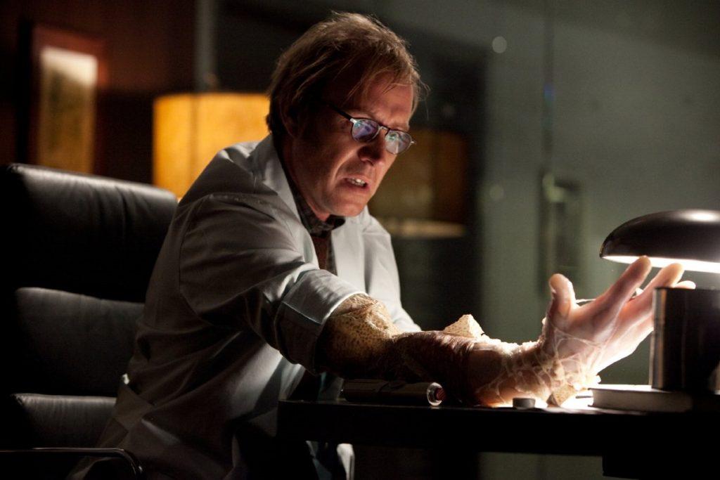 圖六、蜘蛛人電影中反派角色康納斯博士利用蜥蜴基因使手臂再生。此概念是錯誤的,因為蜥蜴再生的尾巴缺乏神經細胞,博士這隻新右手應該沒有運動能力。建議康納斯博士下次可以使用有尾類的基因(圖片來源:IMDb http://www.imdb.com/?ref_=nv_home)。