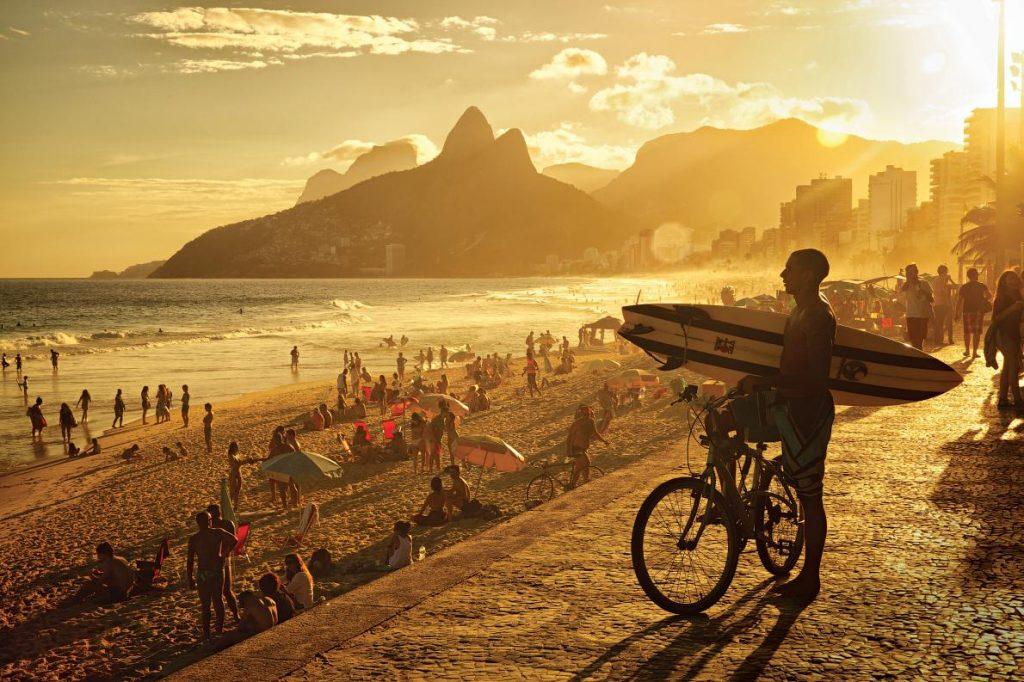 伊帕內瑪海灘是觀賞日落的熱門景點。PHOTOGRAPH BY JEFFERSON BERNARDES, SHUTTERSTOCK