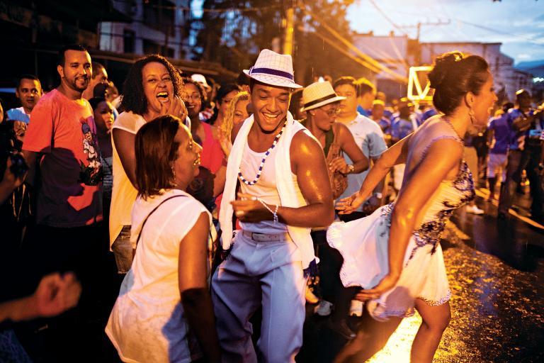 馬杜瑞拉區(Madureira)的居民在排練森巴舞,為嘉年華會做準備。里約的森巴舞學校中,有兩家設立在這一區。PHOTOGRAPH BY LIANNE MILTON, PANOS