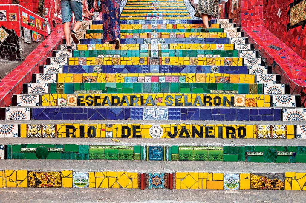 塞勒隆階梯(Escadaria Selarón)這個地標以來自60個國家的2000片磁磚拼貼而成,是定居於里約的已故智利藝術家霍爾格・塞勒隆(Jorge Selarón)給巴西人民的獻禮。PHOTGRAPH BY LAZYLLAMA, ALAMY STOCK PHOTO