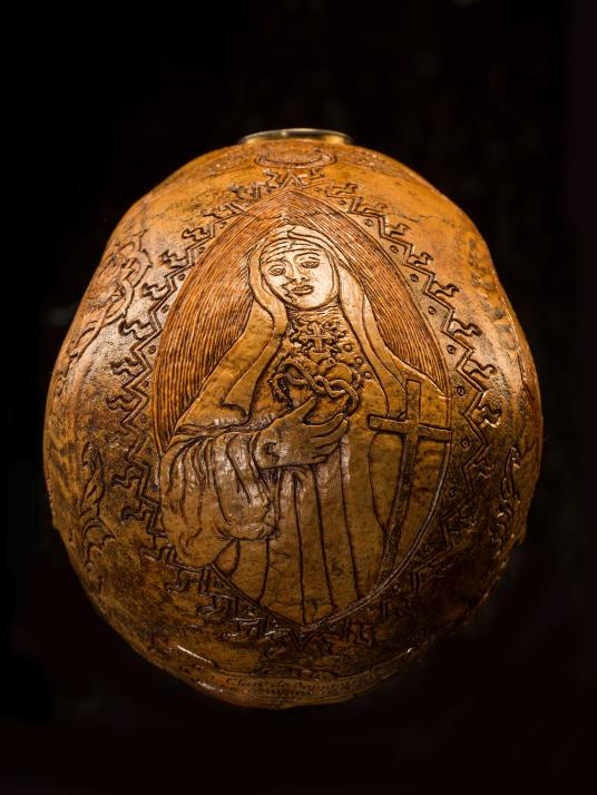 這顆頭骨上的刻紋向蒙特法科的聖克蕾雅(義大利文Santa Chiara da Montefalco)致敬。克蕾雅是義大利13世紀晚期、14世紀初期的女修道院長,相傳她在1308年過世後,被發現心臟裡有一副小十字架。PHOTOGRAPH BY REBECCA HALE, NATIONAL GEOGRAPHIC