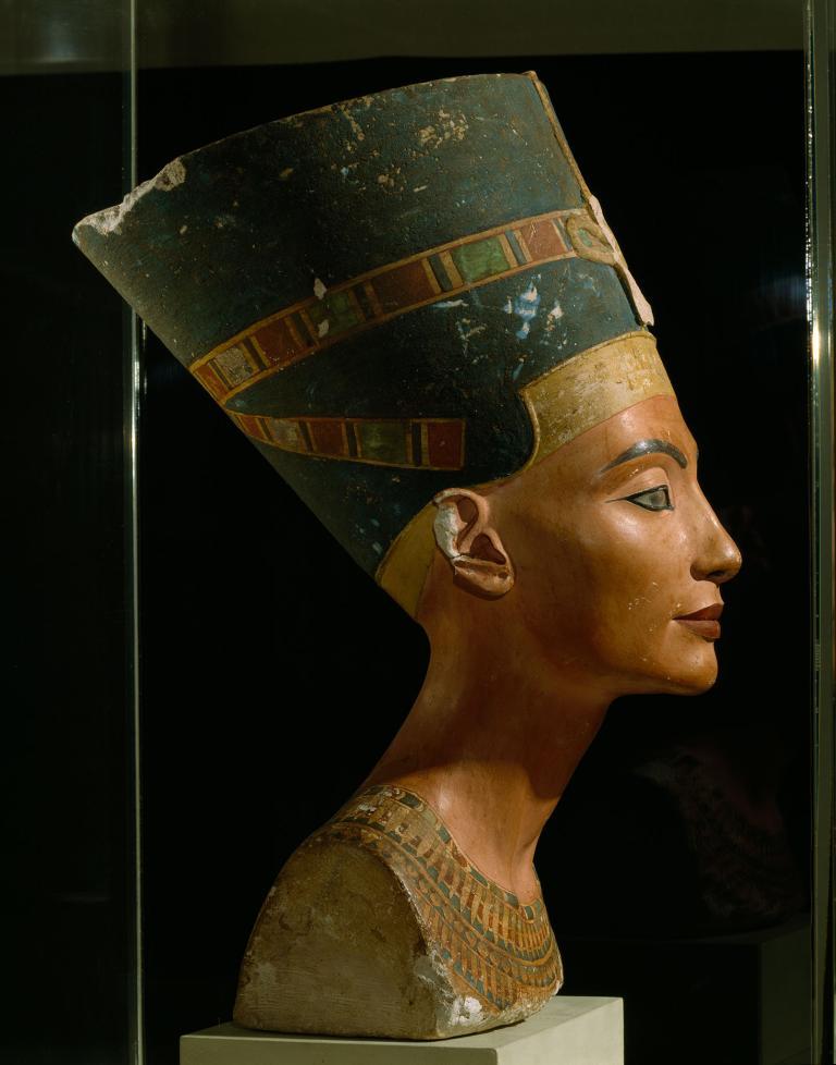 這座約在公元前1355年完成的埃及皇后娜芙蒂蒂(Queen Nefertiti)石灰岩胸像上了眼妝。古埃及人會畫上鉛製眼妝。PHOTOGRAPH BY VICTOR R. BOSWELL, JR.