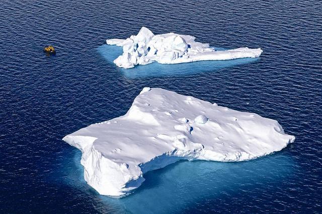 海溫上升將引發骨牌效應,威脅人們生活。圖為日益消融的南極冰山。圖片來源:陳維滄提供。