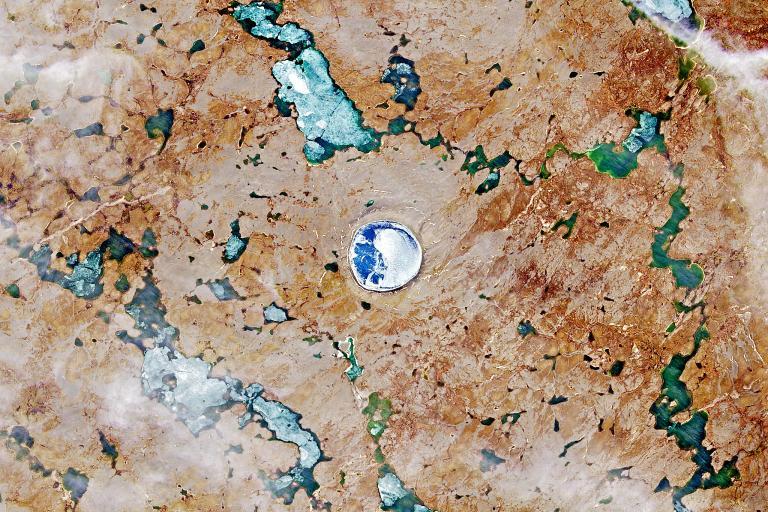 水和冰聚積在平瓜魯特隕石坑中。PHOTOGRAPH BY USGS/NASA LANDSAT DATA/ORBITAL HORIZON/GALLO IMAGES/GETTY IMAGES