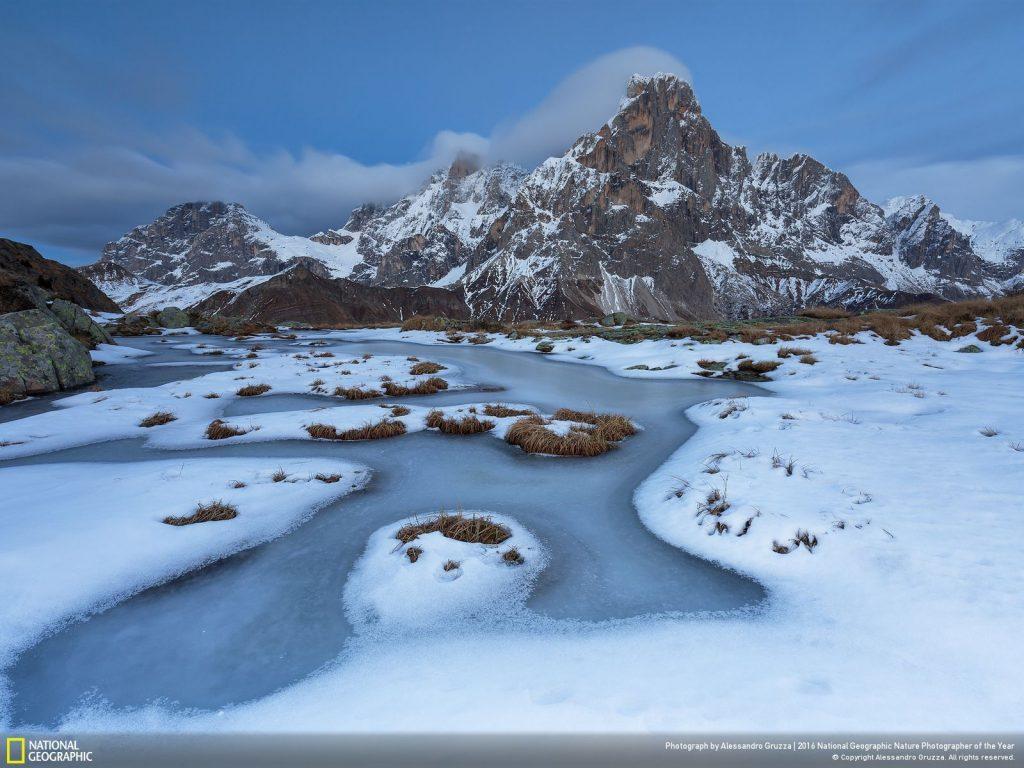 義大利山間寒冬初雪池水結凍的景象。Photo by Alessandro Gruzza