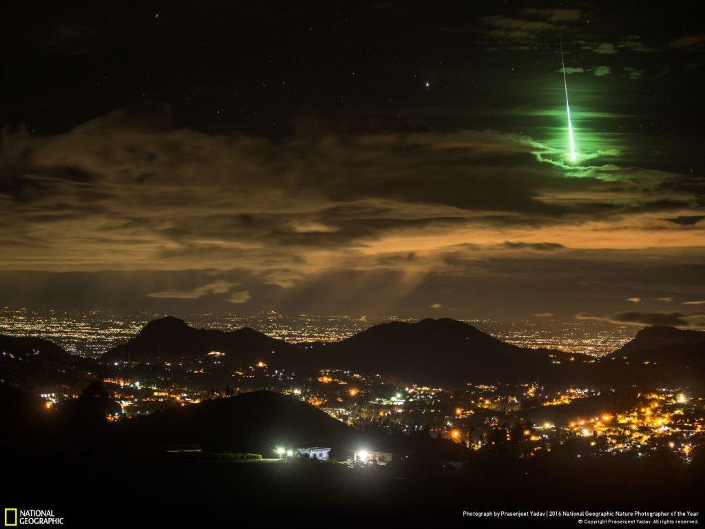 劃過印度上空的綠色流星。Photo by Prasenjeet Yadav