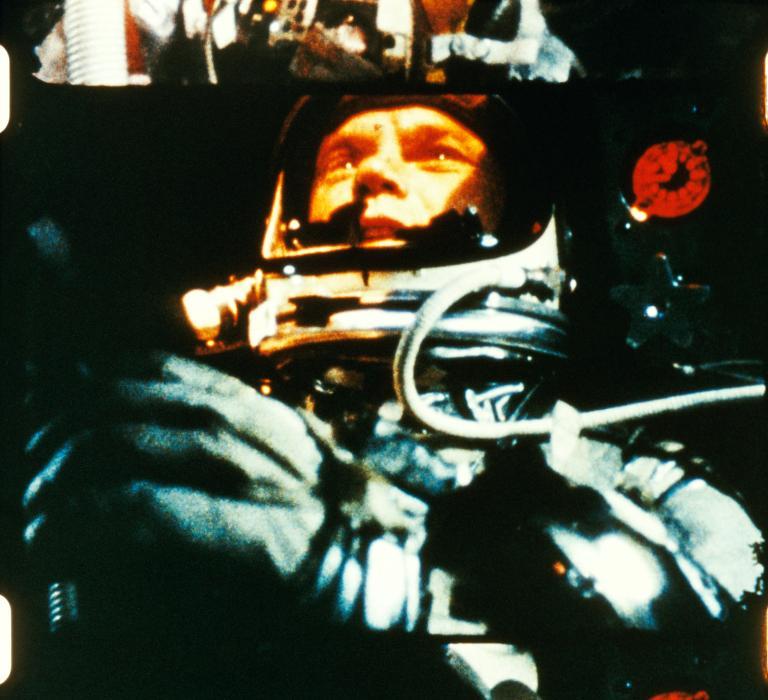 1962年葛倫在軌道飛行,以接近每秒八公里的速度在外太空繞行地球。除了研究地圖,他還用特殊儀器直視太陽。PHOTOGRAPH COURTESY NASA