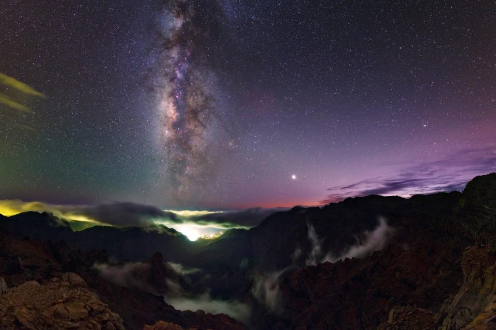 日落後,塔武連特山上出現了滿天繁星。PHOTOGRAPH BY BABAK TAFRESHI, TWAN/NATIONAL GEOGRAPHIC