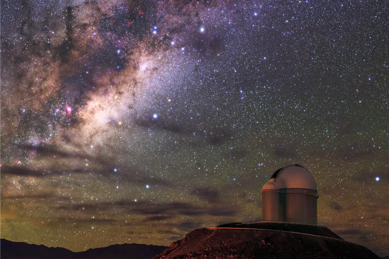 位於智利阿塔卡瑪沙漠的歐南天文台(European Southern Observatory)望遠鏡,可遠眺銀河。PHOTOGRAPH BY BABAK TAFRESHI, TWAN/NATIONAL GEOGRAPHIC