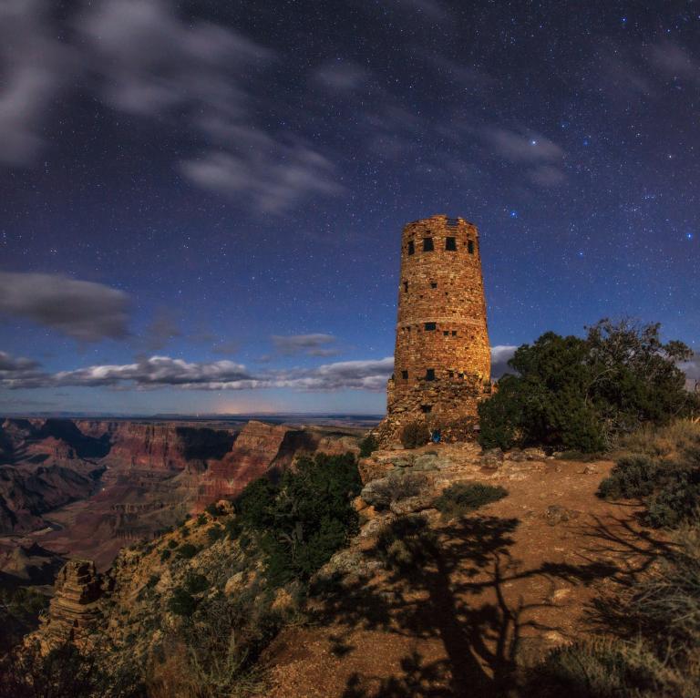 大峽谷沙漠瞭望塔的夜空星羅棋布。PHOTOGRAPH BY BABAK TAFRESHI, TWAN/NATIONAL GEOGRAPHIC