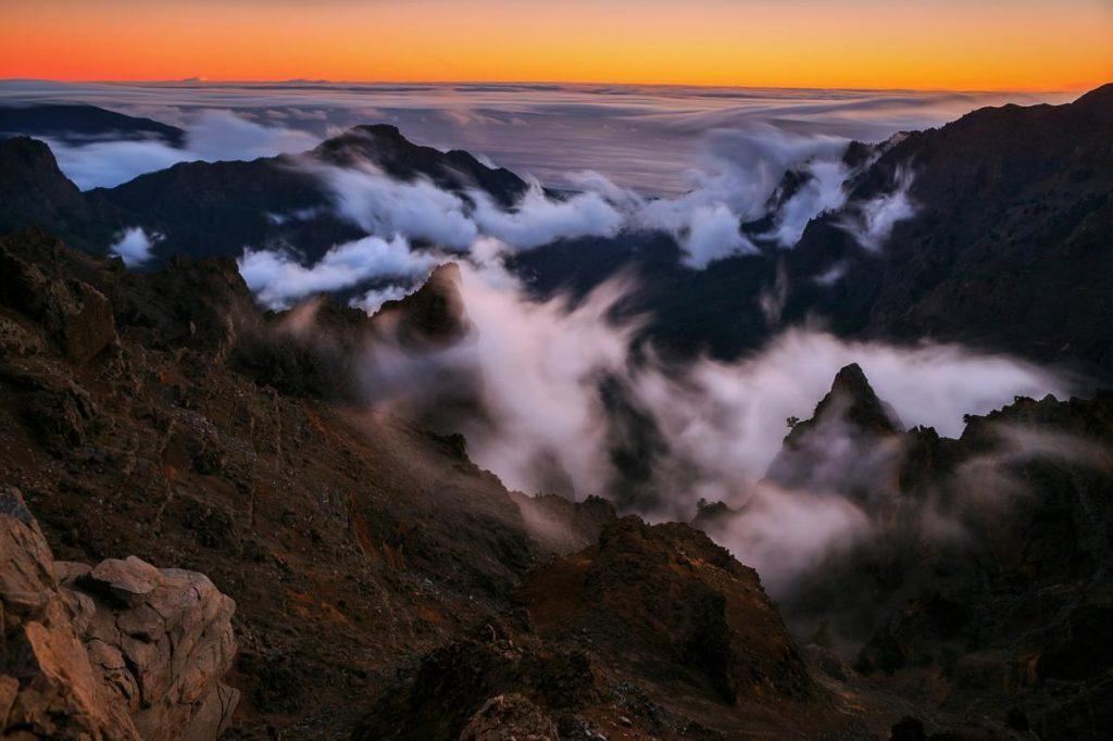 日落後,逐漸有雲朵在拉帕爾馬的塔武連特山(Caldera de Taburiente)形成。