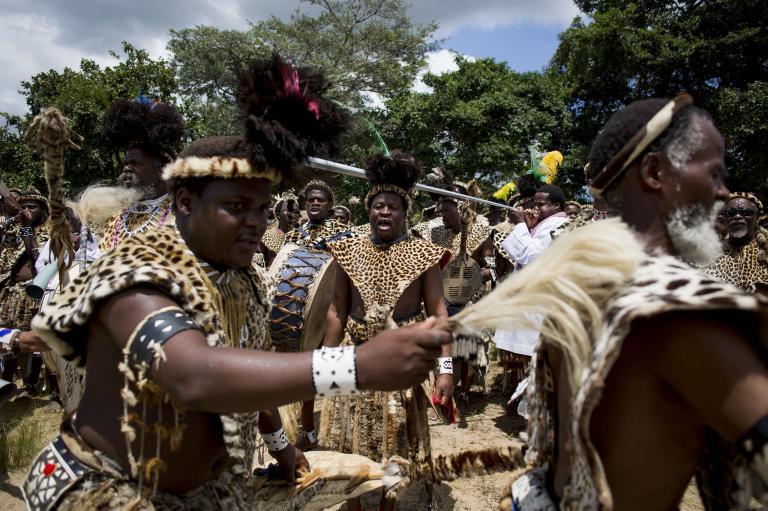 信眾在宗教慶典時穿著代表榮耀和忠誠的豹皮。基於豹數量的減少,許多人已經轉為使用人造豹皮來替代。PHOTOGRAOH BY ALEXANDER JOE, AFP/GETTY IMAGES)