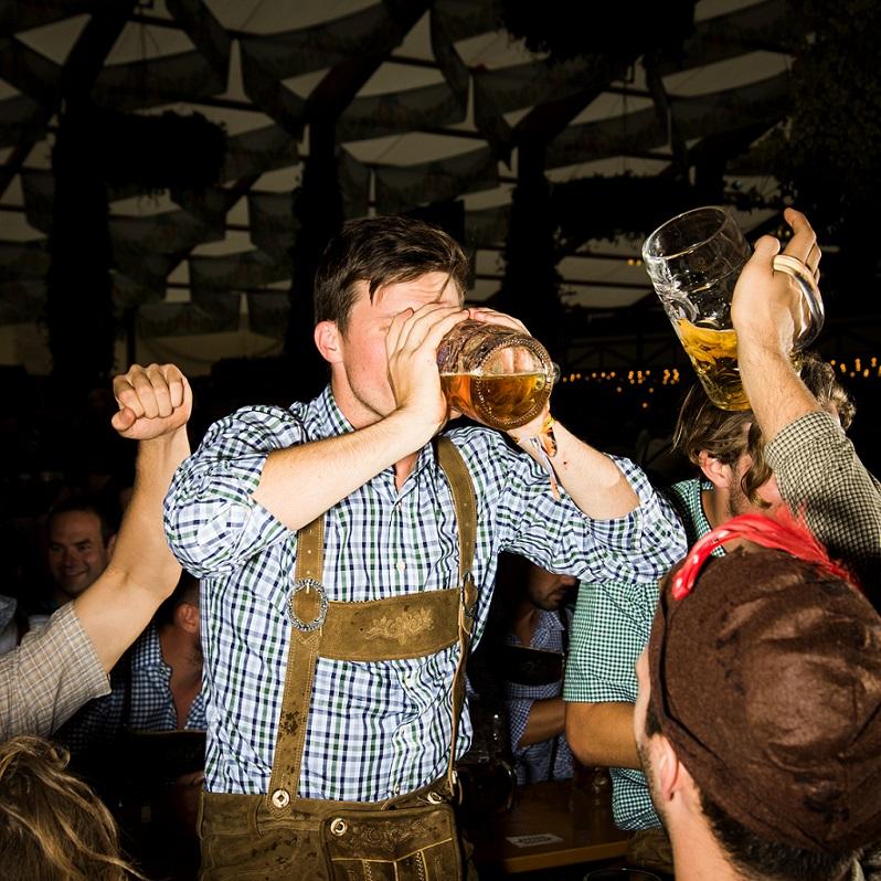 慕尼黑啤酒節最早於1810年舉辦時,是為了慶祝巴伐利亞王儲的婚禮,現在已成為全球最盛大的節慶之一。每年超過600萬名遊客湧入供應啤酒的帳棚裡,用1公升的酒杯暢飲啤酒。巴伐利亞對啤酒製造的影響很大:1516年通過的純酒令,亦即啤酒純淨法,規定業者只能用水、啤酒花和麥芽製造啤酒(後來也加入新發現的酵母),開啟了啤酒成分統一的全球趨勢。近年有些精釀啤酒業者反其道而行,試著用古老的添加成分和少見的酵母來製作啤酒。Photograph by Brian Finke