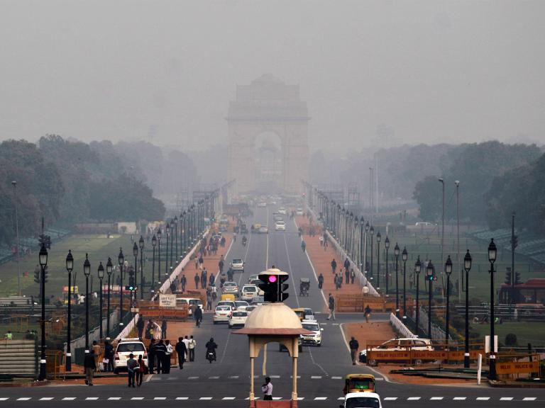霧霾壟罩了新德里著名的地標──印度門(India Gate)。PHOTOGRAPH BY ALTAF QADRI, AP
