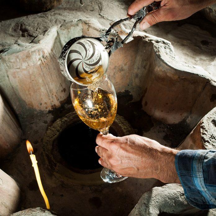 釀酒用的葡萄可能源自喬治亞高加索山脈的山腳下,當地有五百多種原生品種。數千年來,喬治亞人使用以蜜蠟密封、稱為「奎烏麗」的陶罐釀酒,製作陶罐的是像查立柯.巴德賈哲(下)這樣的工匠。釀酒師會把陶罐埋入土中,只露出罐頸部,世世代代使用下去。有些傳統的喬治亞白酒,比如蘇康.古拉希維利用刻有祖先名字的杯子倒出的這種酒一樣(左),發酵過程和紅酒相似,酒裡保留了葡萄皮、葡萄籽,甚至還有葡萄梗,這會讓酒的味道更濃烈,並呈現獨特的橘黃色澤。Photograph by Brian Finke