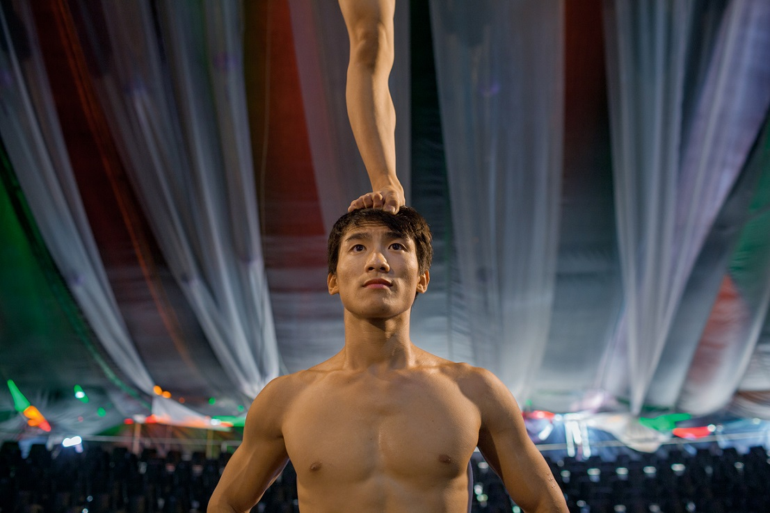 馬黃安和身為柔術表演者的妻子阮氏秋霞一起在胡志明市進行排練。這兩名市立馬戲團成員曾一起在河內訓練,後來在2012年結為夫妻。他們一天練習兩次表演時要用到的空中動作。Photograph by Christian Rodriguez