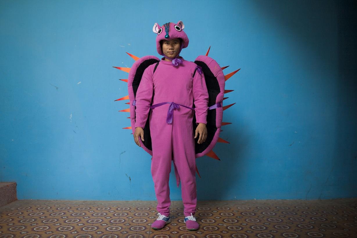在河內列寧公園的一場表演開始前幾分鐘,越南馬戲團聯盟幾位穿上鮮豔服裝的成員已準備就緒: 劉文強。成立於1956年的越南馬戲團聯盟是越南歷史最悠久的馬戲團,不同於胡志明市的那個馬戲團,這個馬戲團是由政府出資成立,成員還享有房屋津貼。Photograph by Christian Rodriguez