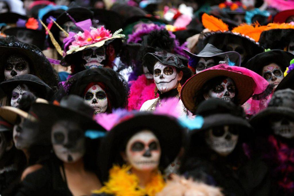 2014年11月1日,超過五百位女性聚集在墨西哥市,打破最多人打扮成骷髏頭女的金氏世界紀錄。PHOTOGRAPH BY TOMAS BRAVO, REUTERS