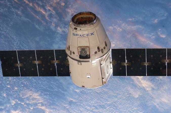 這艘無人的天龍號(Dragon)太空艙正在前往國際太空站,總有一天人類也會 搭著它航向太空。 PHOTOGRAPH BY NASA
