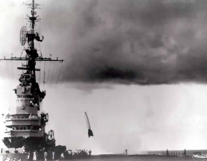 圖三-USS_Midway_(CVB-41)_V-2_launch_(Operation_Sandy)