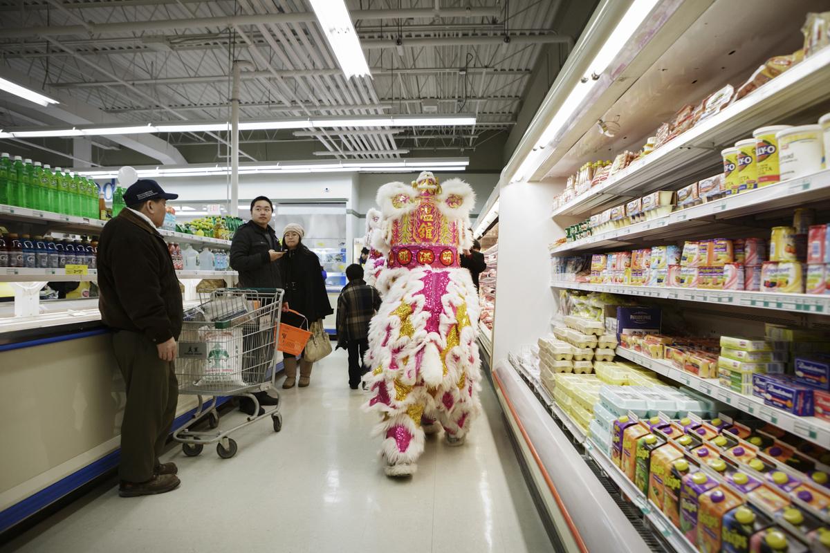 溫志明龍獅團經過新澤西州一家超商,形成有趣的畫面。
