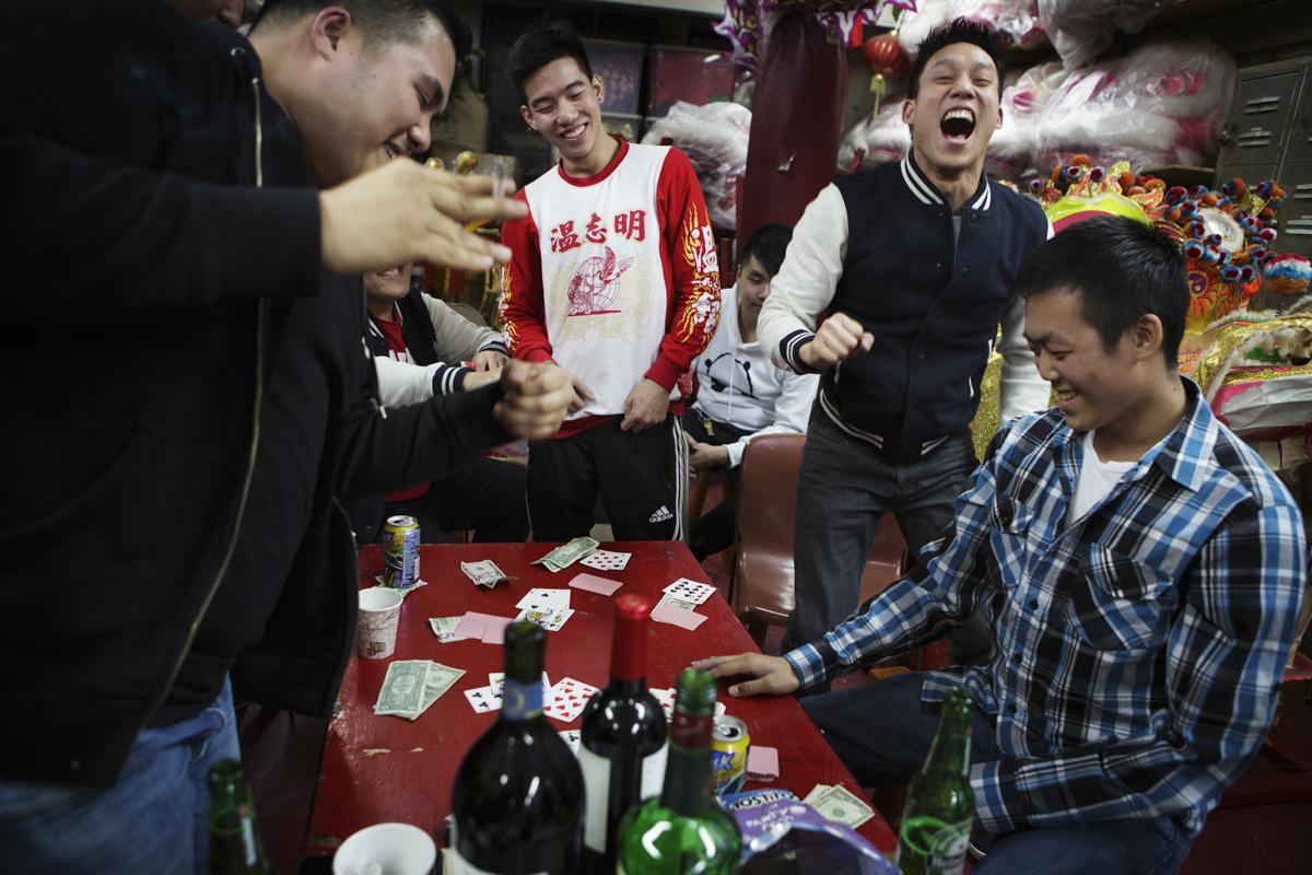 感恩節晚餐後,溫志明龍獅團團員聚在一起打牌,玩得不亦樂乎。