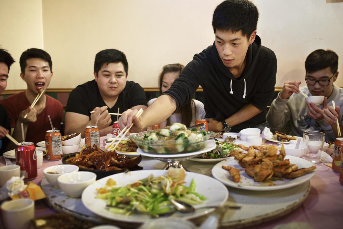 龍獅團在曼哈頓一場表演結束後,一起聚餐吃合菜。