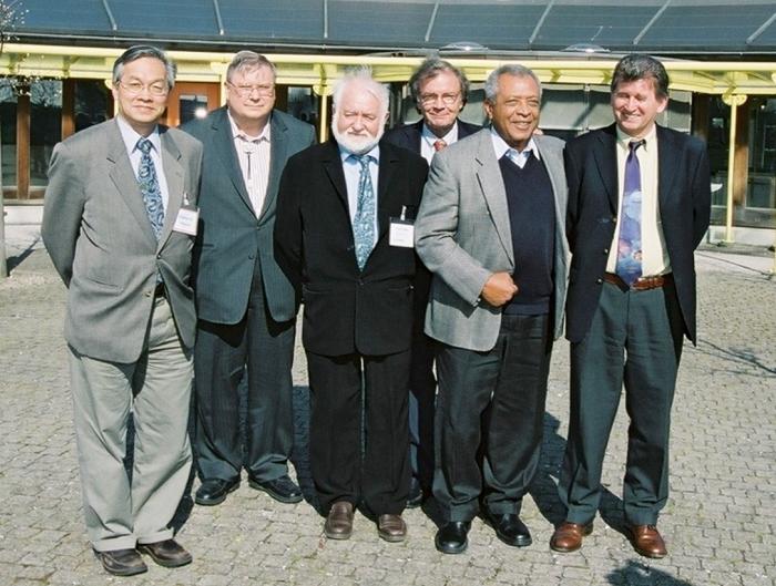2004年4月在歐洲太空總署(ESA)科技研發中心舉行的一個泰坦會議的合照。其中有美國航太總署(NASA)卡西尼計畫的計畫科學家Dennis Matson(左二)以及ESA惠更斯計畫的計畫經理George Scoon(右二)和計畫科學家Jean-Pierre Lebreton(右一)。Daniel (左三)、Toby(左四)和我(左一)。那一天大家都很高興。影像來源:ESA