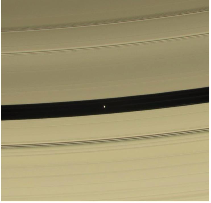 在土星環一個空隙中的小衛星「潘」,遠看像是一個UFO。但最近得到的近距離觀察影像,指明它本身有一個環系統!影像來源:NASA