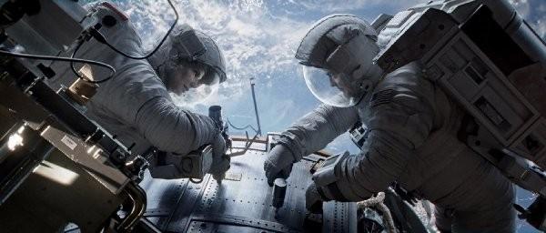珊卓.布拉克和喬治.克隆尼穿的是艙外太空衣。(電影劇照)