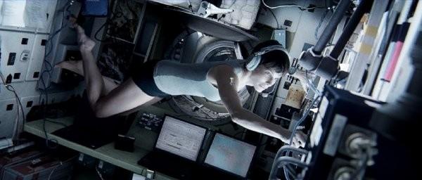 脫下艙外太空衣的珊卓.布拉克
