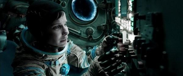 獵鷹太空衣的頭盔不能拿下來,珊卓.布拉克左邊的艙口是不存在的。(電影劇照)